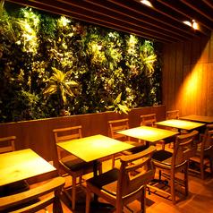 ウッド調のテーブルと緑に囲まれた癒される空間でお食事を!人数に合った快適なお席へご案内します!盛り付けにもこだわった自慢の逸品をご堪能下さい。
