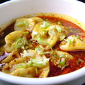 料理メニュー写真肉汁たっぷりの焼き餃子/辛いスープの水餃子(6個)
