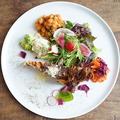 料理メニュー写真季節のキッシュと採れたて野菜のプレート
