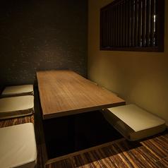 6名様のこちらの掘りごたつ個室は趣きある和の風情を演出する居心地の良い空間が自慢です。接待、記念日など、大切な方とのお食事にお勧めのお部屋となっております。人気の個室となりますので、ご希望のお客様はお早めにご予約をお願いいたします。