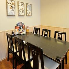 落ち着きのあるテーブル席は、仕事終わりのちょい飲みなど気軽にご利用頂けます。 宴会に最適な個室もご用意しております!(町田/居酒屋/個室/掘りごたつ/宴会/接待/女子会/合コン/同窓会/飲み会/貸切/飲み放題)