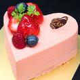 【アニバーサリーコースの選べるケーキ】ショッキングハート(12cm)…苺とシャンパンの2層のムースを淡いピンクホワイトチョコでコーティングした人気No.1ケーキです