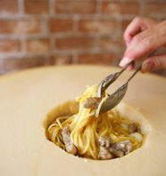 丸ごとチーズの器で仕上げる濃厚カルボナーラ!