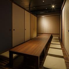 お座敷席は16名様の個室が3部屋ございます。全て繋げると最大50名様までご利用が可能。人数に合わせて、お部屋をご用意させていただきます。どのお部屋も完全個室ですので、周りを気にせず、ゆったりとお食事とお酒をお愉しみいただけます。歓送迎会、忘年会など各種宴会にどうぞ。