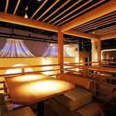 高床式の小上がりテーブル席。女子会や仲間との時間におすすめ。