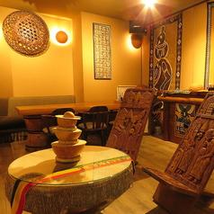 木のぬくもりを感じられるテーブル席は広々としており、ごゆっくりとお酒やお食事をお楽しみ頂けます。