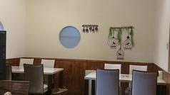 白を基調とした、明るい印象のテーブル席。女子会やママ会で、にぎやかなひとときを。