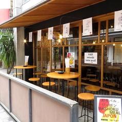 お店の入り口は丸テーブルのテラス席となっております。テーブルを囲んでワイワイ!バルならではの飲み方も楽しみの一つ。