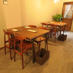 4名様用テーブルを2卓ご用意しています。