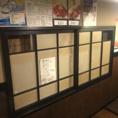 お客様に安心安全にご利用して頂く為、空気の入れ替えを徹底!窓と裏口を開けたまま営業し、常に空気が入れ替わるよう工夫し感染症対策に取り組んでおります。写真上部の穴を開けた両サイドの窓は、開けたままにしております。