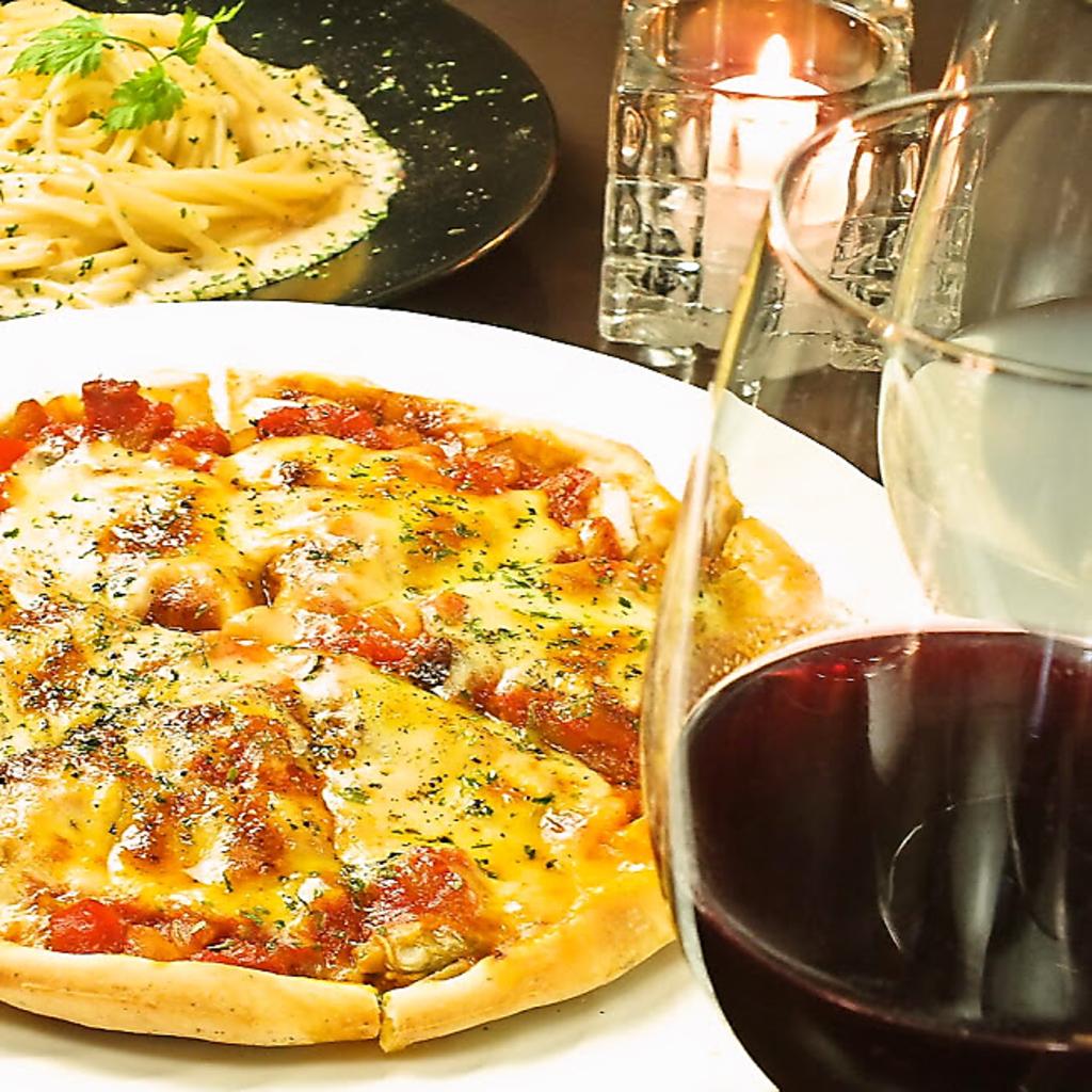 """当店名物""""自家製ピザ""""と共に楽しいひとときをお過ごしください。"""