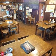 明るい店内はテーブル同士の間隔も広い!