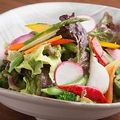 料理メニュー写真自家製和出汁のドレッシングの畑の恵みサラダ