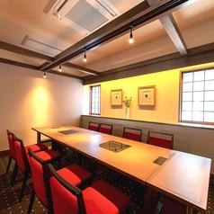 ゆったり広いテーブル個室。周りを気にせずお食事や会話を楽しめます。