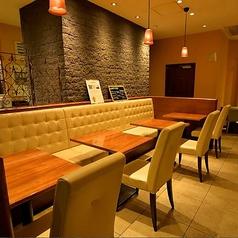 2名様用のテーブルが並んだソファー席は、ご利用人数によってテーブルのレイアウトを変更できます。お友達同士の少人数の集まりやカップル、ご夫婦など様々なシチュエーションにおすすめ。