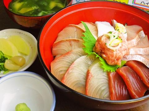 アットホームな雰囲気の中、新鮮で美味しい魚料理と会話が楽しめるお店。