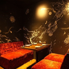 落ち着いた雰囲気が人気の2階テーブル席、ご利用をご希望の方はご予約をおすすめ致します!