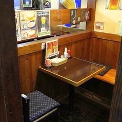 【テーブル:2名席(1卓)】お一人様・常連様・カップルにおススメのお席です。古民家風の壁と様々なポスターが昔ながらの懐かしいTHE居酒屋の雰囲気です。混雑時は2時間制となります。ご了承ください。