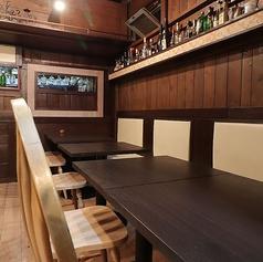 【1階 片側ベンチシート席/2~10名様まで】ゆったり座れる人気のお席です。広々と使える片側がベンチシートのお席です。気軽なお食事やデートなど少人数から、横並びで10名様までご利用OK。お子様がご一緒の会にも重宝いただいております。