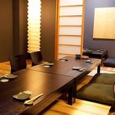 25名様迄ご利用できる個室です。背もたれのある椅子を採用しておりますので、どうぞお背中を楽になさってくださいね。こちらは掘りごたつ席ですので、長時間のご宴会でも足もとは疲れません。仲間や同僚との楽しい時間をお過ごしください。