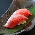 料理メニュー写真特選上カルビの炙り寿司 二貫