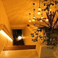 おしゃれな入り口から階段を下りれば・・・