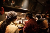 水魚之庵人気のカウンター席。オープンキッチンで目の前で焼きあがるライブ感をお楽しみいただけます。カウンター席ならでは!料理人が目の前で調理させていただきます。