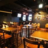 ダーツを楽しみながらお酒もいただけるハイテーブルのお席。人数に合わせてのテーブル配置も可能!18時~翌5時のダーツご利用時のみ、500円のチャージをいただきます。