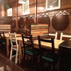 【2階 テーブル席/2名様×2卓、4名様×2卓】ゆっくり楽しめる、くつろぎの空間。2階には広々と使えるテーブル席をご用意。大きなテーブルとチェアが特長で、ゆったりとお座りいただけます。海外のログハウスのような雰囲気が、非日常感も演出。木の温もりに囲まれて、ほっこりとくつろぐこともできます。