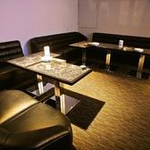 スモークガラスの扉が優雅な雰囲気を醸し出す2名~18名様のテーブル個室。モニター付きなのでお好きな映像を流しながら、プライベート空間を満喫♪