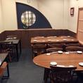 2名掛けテーブル、6名掛けテーブル、4名掛けテーブルを配置した個室。