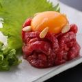 """料理メニュー写真""""本陣Hanare""""イチオシ!和牛炙りユッケ"""