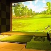 2名~12名様でシミュレーションゴルフが楽しめる、カウンター席×テーブル席の完全個室をご用意。手ぶらでも楽しめるよう、ゴルフクラブとグローブは無料貸し出しOK!