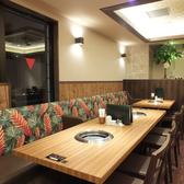 メインテーブル席はお二人様から10名以上の中規模人数でもご対応できます。