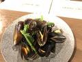 料理メニュー写真ガリシア産ムール貝と春野菜のシードル蒸し