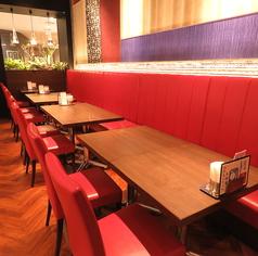 【片側ソファー席】明るく広い店内は、ご家族、ご友人とのお食事にぴったり☆バラエティ豊かな本格イタリアンやスイーツを食べながら、楽しくお過ごし頂ける空間をご用意しております♪