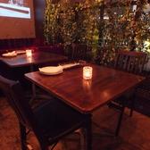 【ゆっくりお食事を楽しみたい方に】店内中央には2名掛けから4名様掛けのテーブル席もあり、くっつけて食事会等でも楽しんで頂けます。