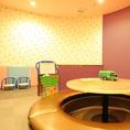 人気のキッズルーム。大人8名用の円卓掘りごたつ式個室です。