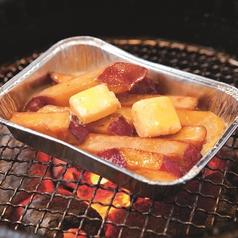 料理メニュー写真蜜おさつバター/絶品!厚切り炙りベーコン/にんにくホイル焼き