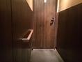 お手洗いへの廊下がスローブになり、新たに手すりも設置。たくさんのお客様にご利用しやすいようになりました。