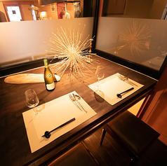 【デートに利用したい特等席!】誕生日や記念日のご利用にぴったりの個室は2名から4名までのご利用が可能です◎人気のお席のため、早めのご予約をオススメします。