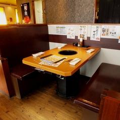 程良い仕切りのBOX席は仲間内での焼き肉やご家族でのご利用に◎