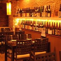 壁一面にずらりと並ぶ焼酎・地酒は種類豊富が自慢。