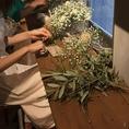 【大好評のMorning Flower フラワーレッスン】季節にそしてお客様に応じたお花で飾り方や今は人気のドライフラワーのスワッグ造りをしてます。自分だけのスワッグや花束を造り、そのあとはランチ(A,B,C各種から)とデザートプレートが付いてきます。