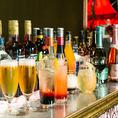 バーカウンター【会場設備】卓上にお酒のボトルがずらりと並ぶ雰囲気抜群のバーカウンター。飲み放題は、こちらからお好きなドリンクをスタッフにご注文いただき、お受け取りください。当店のプランはすべてカウンターからドリンクをお渡しするセルフスタイルの飲み放題となります。