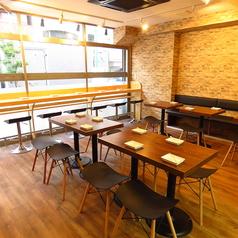 4名テーブル席もございます。人数に応じてテーブルをくっつけることも可能ですので、複数でご利用の際におすすめのお席になります!
