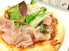料理メニュー写真《パルマ産》生ハムと有機野菜のサラダピッツァ。