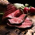 料理メニュー写真55℃で調理した厚切りローストビーフ ペコリーノロマーノ