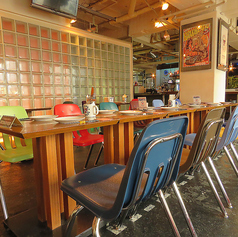 透明なタイルがかわいい♪カラフルな椅子も新調しました!
