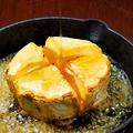 料理メニュー写真ハニーカマンベールチーズのまるごとオーブン焼き